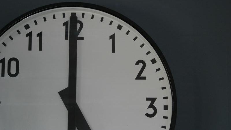 relógio analógico mostra ponteiro grande marcando 12