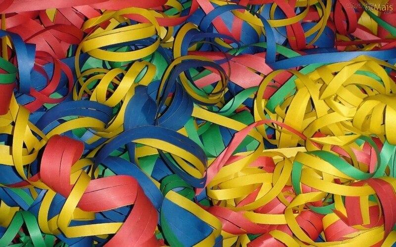 Serpentinas de papel coloridas em vermelho, amarelo, verde e azul.