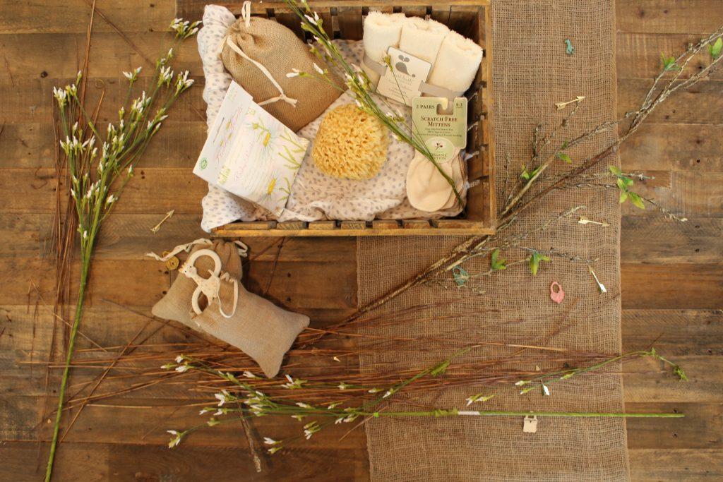 Sob um piso de madeira, há uma caixa com itens de higiene e beleza nos tons de amarelo decorada com ramos de flores