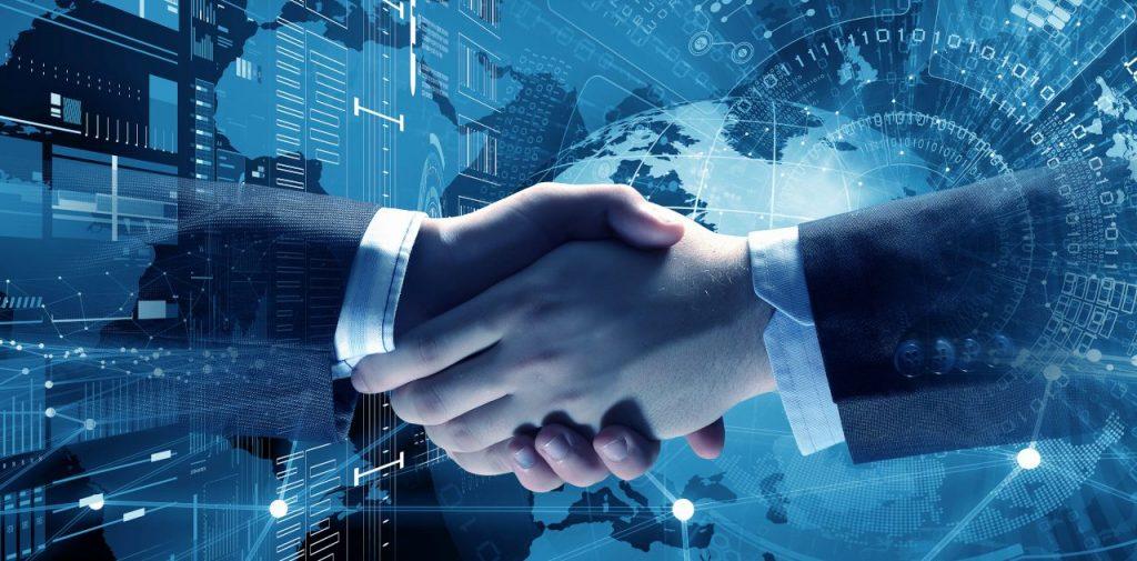 Aperto de mãos entre duas pessoas usando terno. Ao fundo, ilustração de um ambiente online em tons de azul.