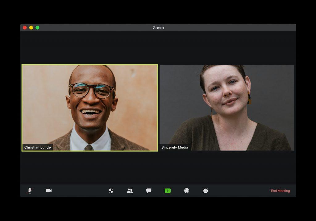 Visão de tela de videoconferência entre homem e mulher