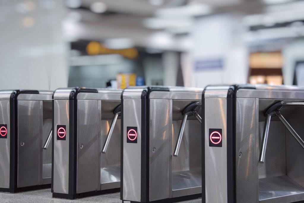 Várias catracas de metrô com sinal de fechado.