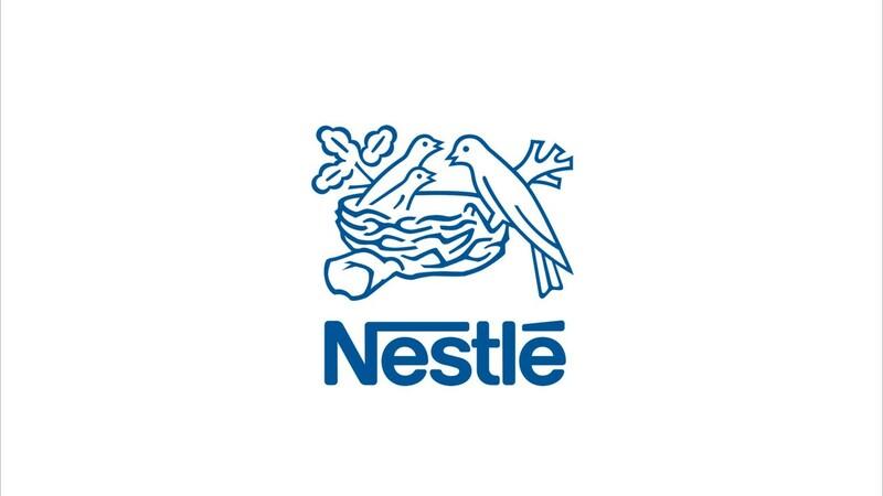 Logomarca da Nestlé em azul sobre fundo branco.