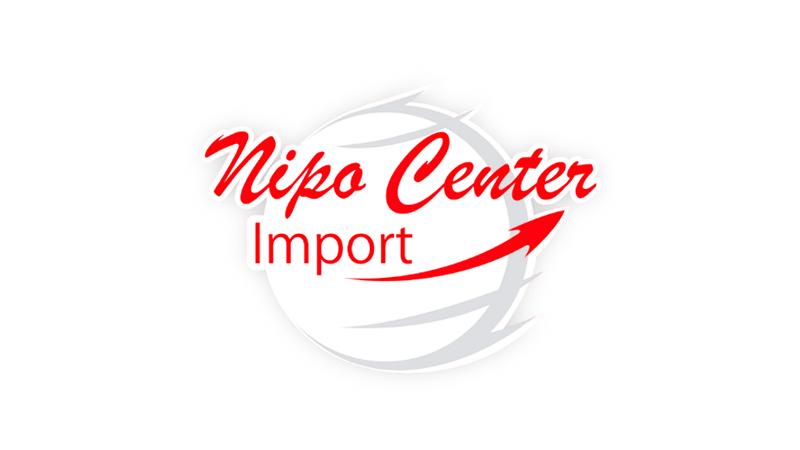Logomarca Nipo Center com detalhe de seta vermelha da esquerda pra direita. No fundo branco, um globo.