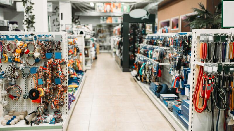 Uma loja de produtos veterinários. Na imagem é possível identificar elementos como coleiras e brinquedos.