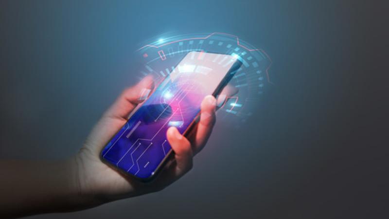 Mão segurando um celular moderno com luzes e desenhos, simbolizando a velocidade da internet saindo da tela.