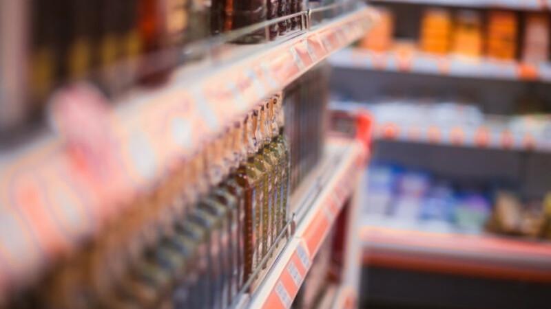 Prateleiras de supermercado com produtos de diversas cores.