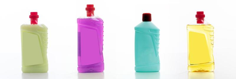 Em um fundo branco, quatro embalagens translúcidas de desinfetantes nas cores musgo, roxo, azul claro e laranja.
