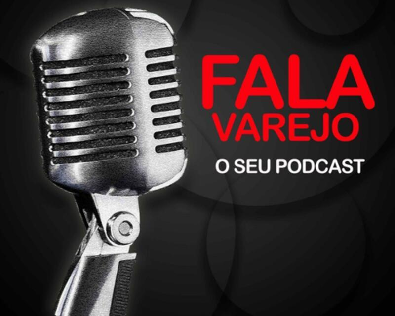 Microfone de rádio prateado em fundo preto próximo de logomarca do podcast Fala, Varejo em vermelho e branco.