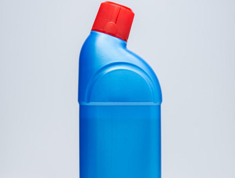 Embalagem tradicional de limpador multiuso: azul com a tampa vermelha em fundo branco.