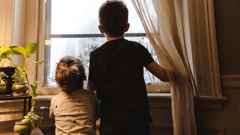 menina-menino-janela-crianças-em-casa