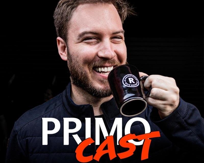 Homem sorrindo segurando caneca próxima da boca sobre fundo preto e atrás de logomarca do podcast PrimoCast.