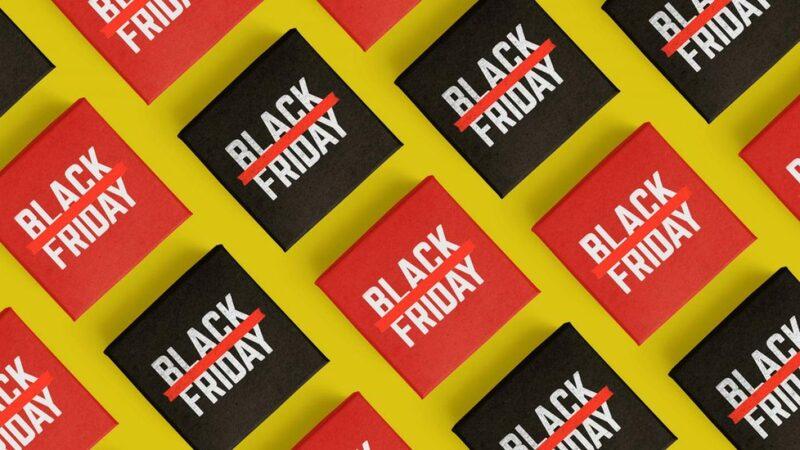 caixinhas pretas e vermelhas com as palavras BLACK FRIDAY escritas de branco no topo sobre superfície amarela