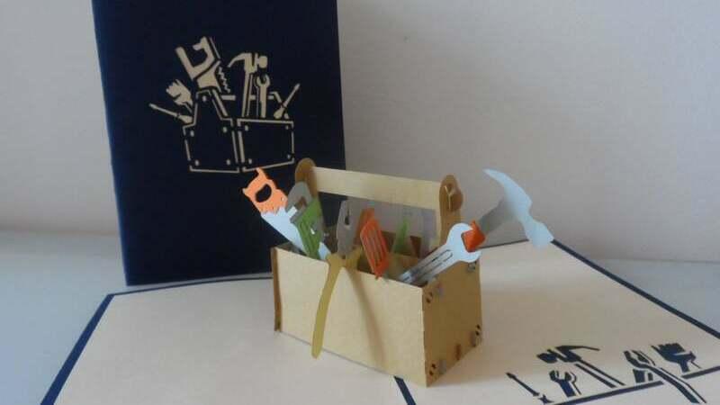 kit de ferramentas de papel sobre tapete com ilustrações de ferramentas