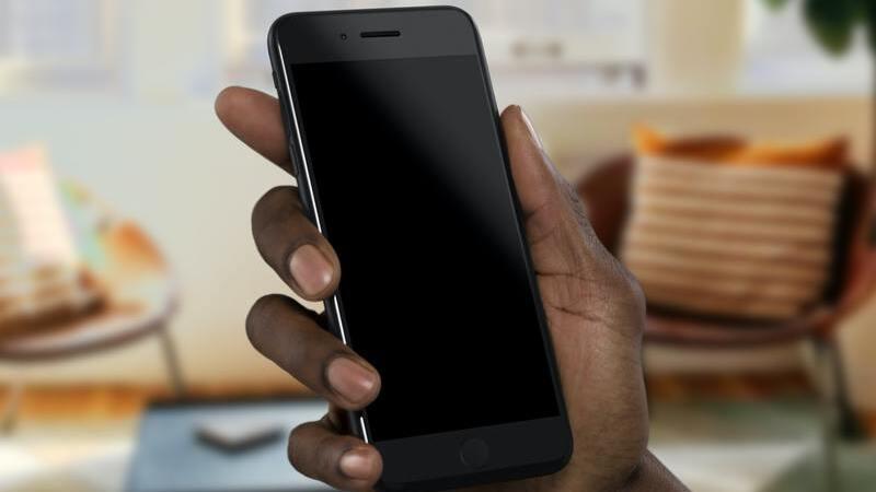 mão humana segurando smartphone com a tela desligada