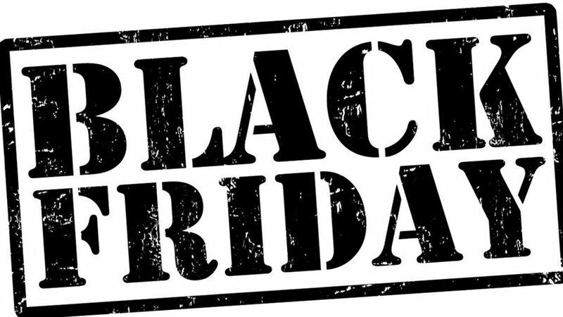 Black Friday escrito em preto sobre fundo branco com tipografia militar