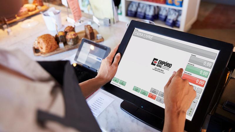 Pessoa usando programa de automação comercial em tela de computador