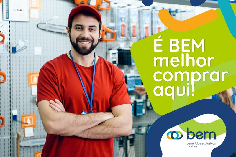Homem com blusa vermelha e braços cruzados, ao fundo material de construção. Ao lado, frase: É bem melhor comprar aqui!