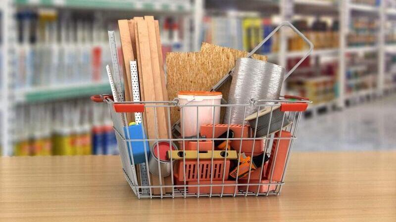 Cesta de compras contendo diversos materiais de construção sobre balcão