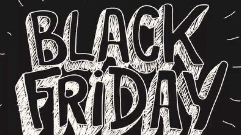 BLACK FRIDAY escrito em branco sobre fundo preto com letras estilizadas como palavras em um quadro negro