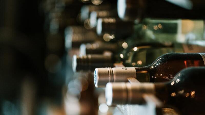 garrafas de vinho deitadas na adega