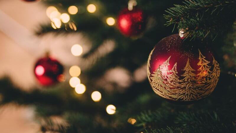 Enfeite de Natal vermelho pendurado em árvore de Natal