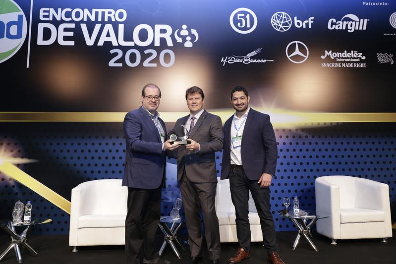 Alair Martins Jr. recebendo o troféu de melhor atacadista do Brasil no palco do Encontro de Valor 2020