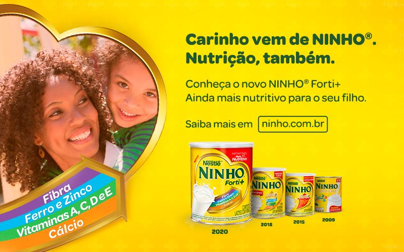 Banner de Leite Ninho Forti+, mostrando a fórmula, a evolução das embalagens desde 2009 e uma mãe com sua filha.