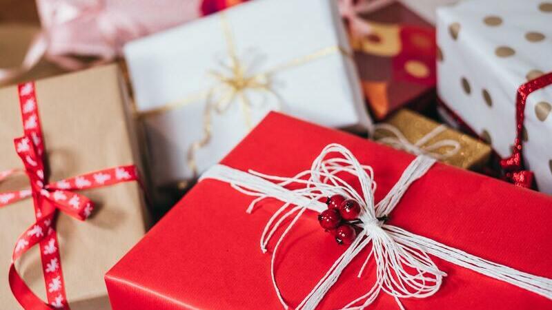 Diversas embalagens de presente de Natal dispostas de forma desordenada.