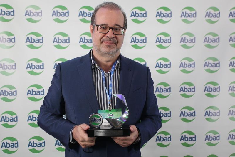 Alair Martins Jr. com o troféu de melhor atacadista distribuidor do Brasil pela ABAD.
