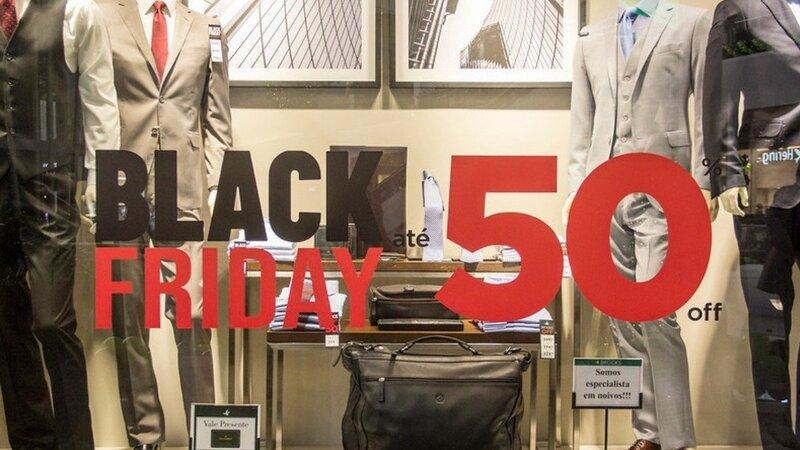 Vitrine de loja ternos com adesivo da Black Friday.