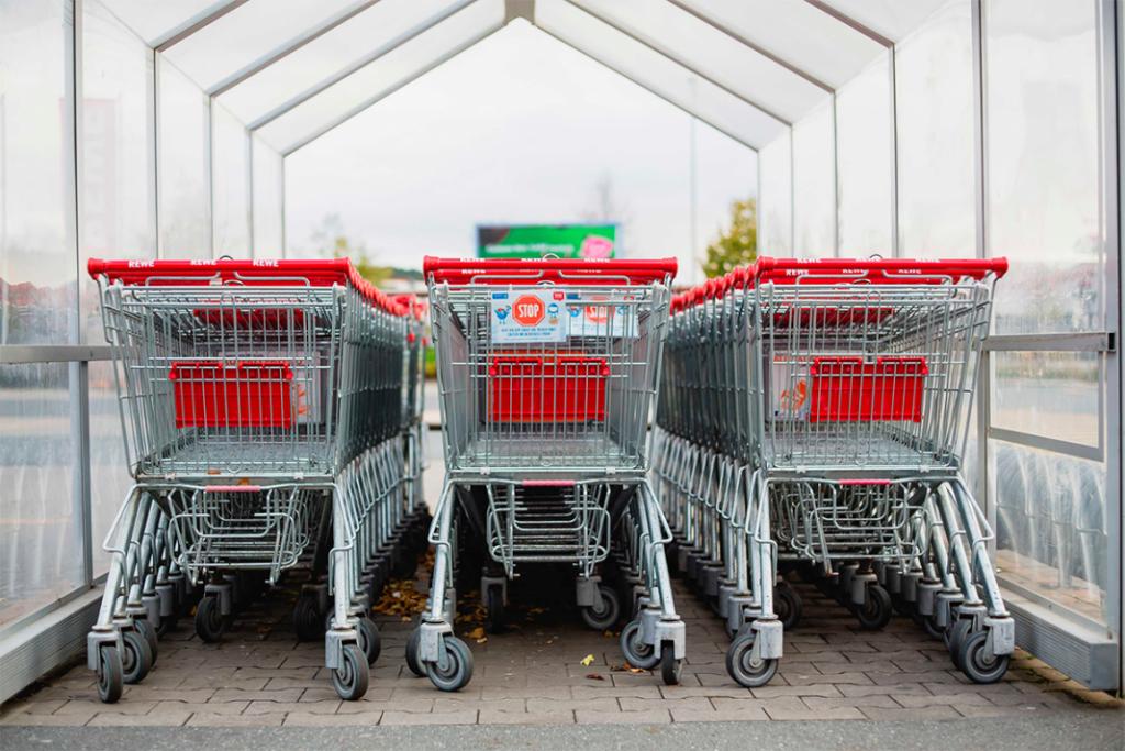 Carrinhos de supermercado enfileirados em três colunas.