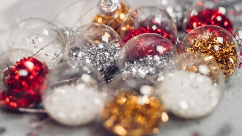 enfeites de Natal nas cores branco, prata, vermelho e dourado