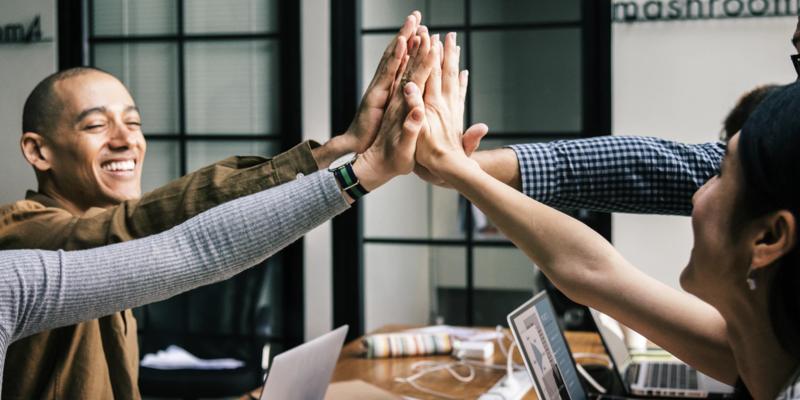 Pessoas com as mãos unidas em gesto de parceria