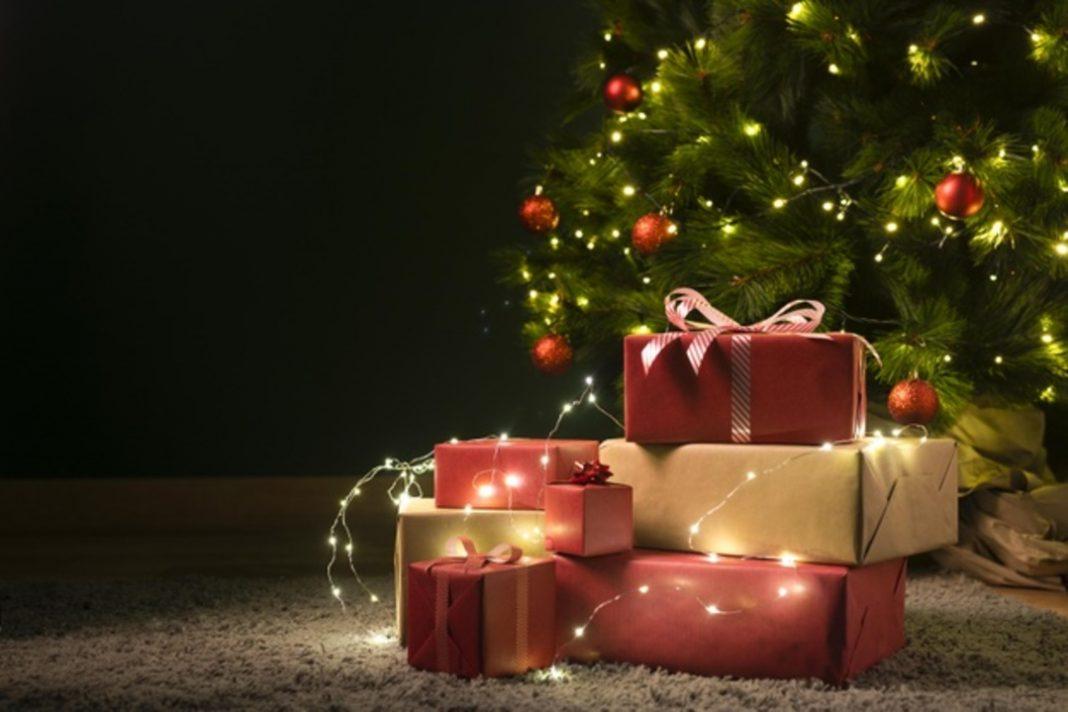 pacote de presente perto de uma árvore de Natal.