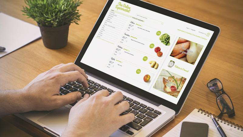 pessoa acessando supermercado online através do notebook