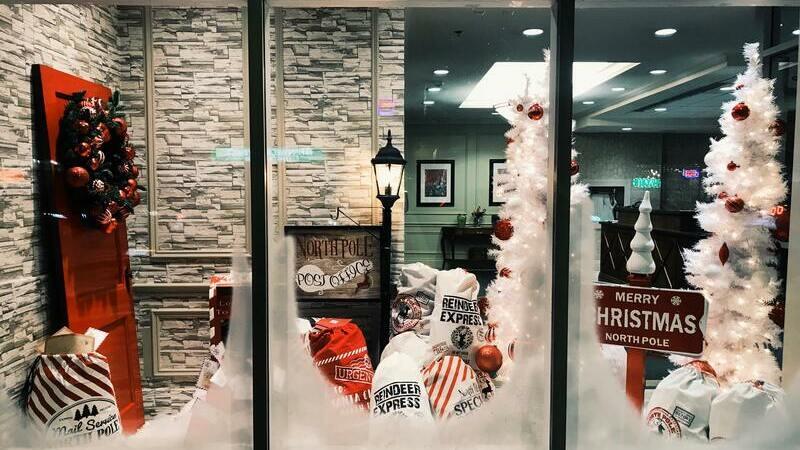 vitrine de loja decorada para o Natal com motivo do Polo Norte