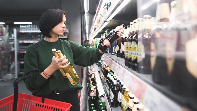 mulher com garras de bebidas na mão