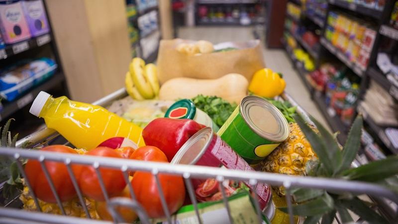 carrinho de supermercado com compras