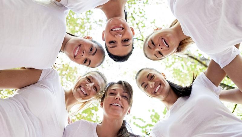 mulheres com cabeças juntas