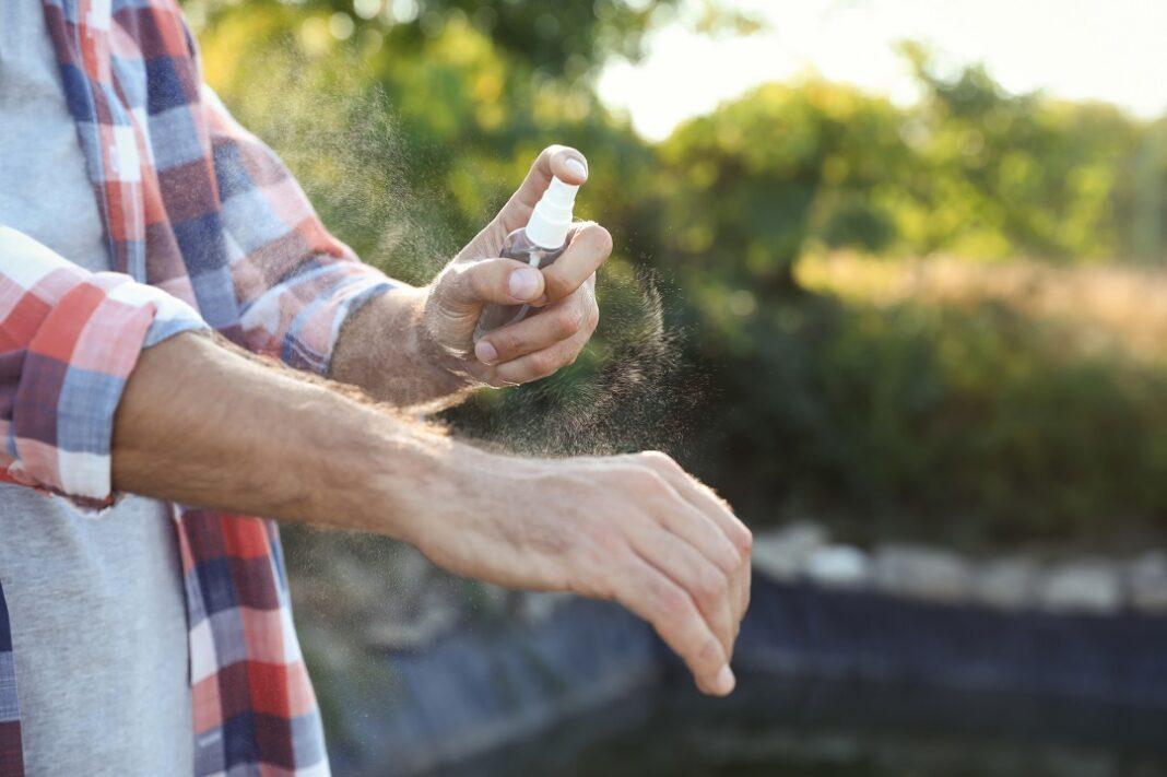 homem aplicando repelente na mão