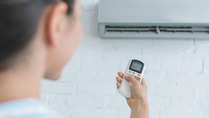 mulher ligando ar condicionado