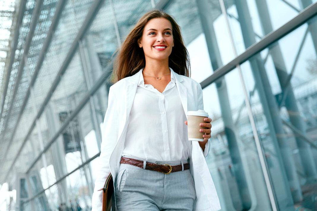 mulher andando com agenda na mão