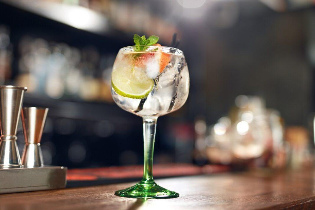 taça de gin tônica em cima de mesa