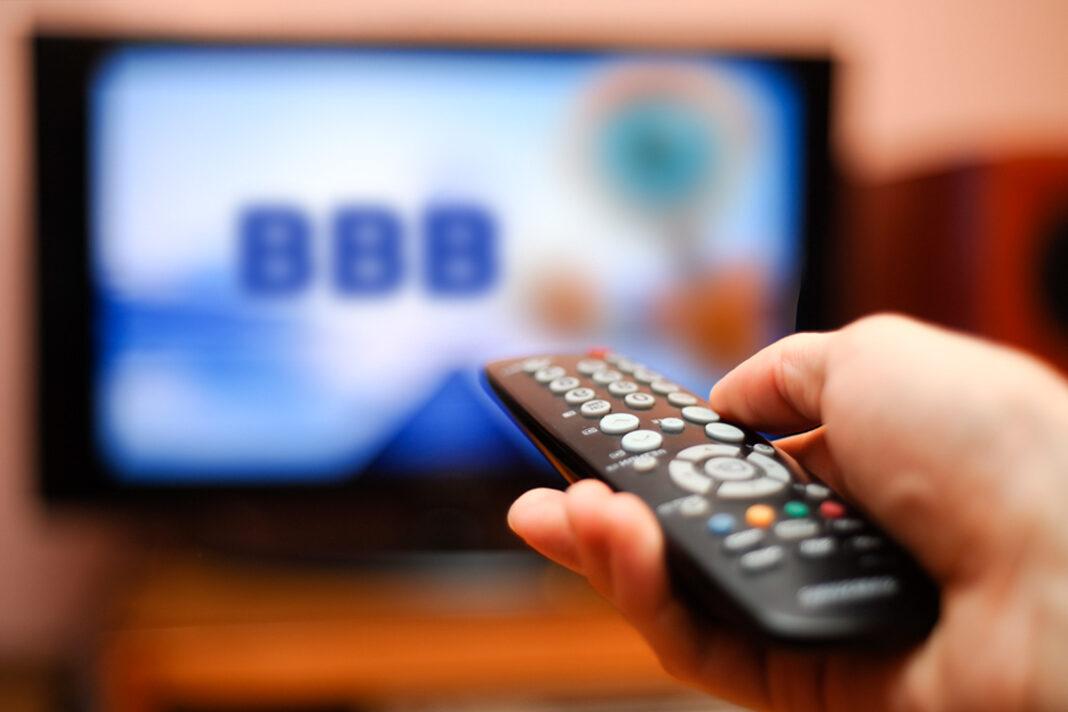 mão controle remoto televisão BBB21