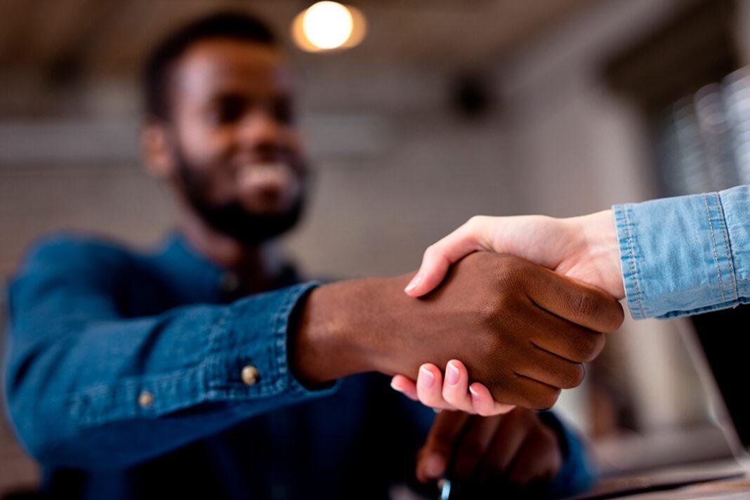 duas pessoas apertando a mão em forma de parceria
