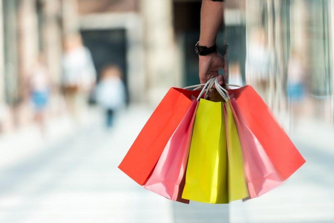Homem segurando sacos de compras