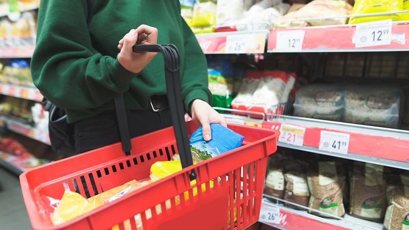 Produtos na cesta de compras vermelha