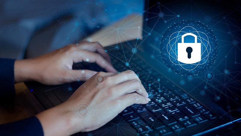 mulher digitando teclado notebook dados seguros
