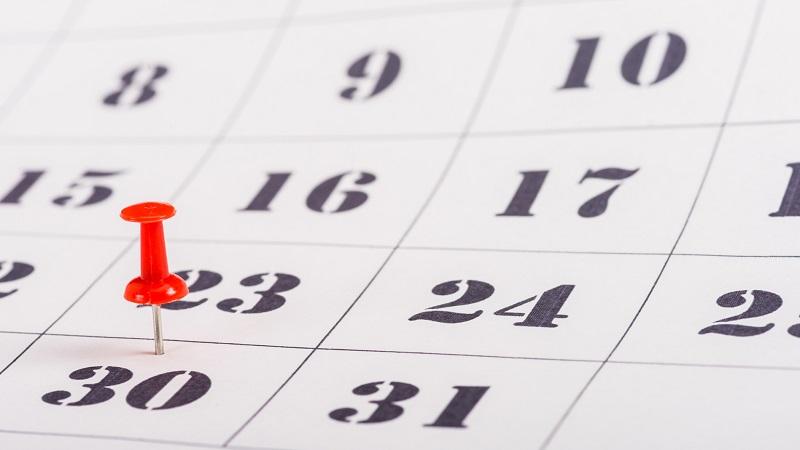 pino vermelho no número 30 no calendário